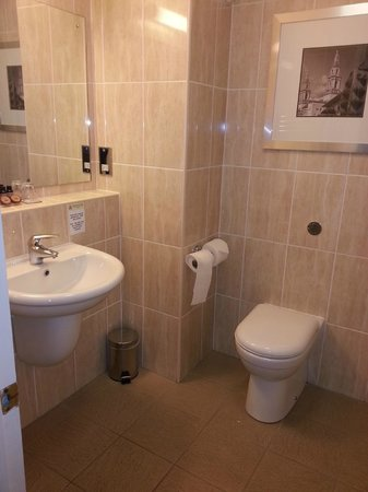 Weetwood Hall Hotel : Clean and modern bathroom
