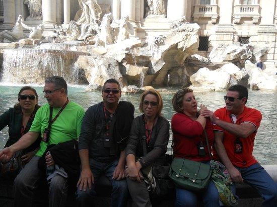 Guided Tours in Rome and Vatican Museums: fontana di trevi, una gran fuente en una pequeña plaza
