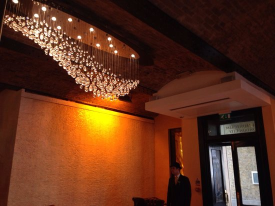 The Montcalm at the Brewery London City : Beautiful chandelier