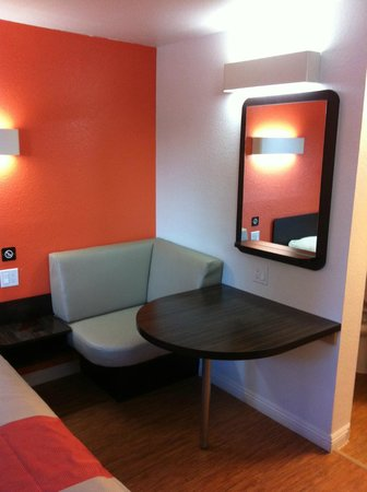 Motel 6 UC Riverside: Sitting area in room