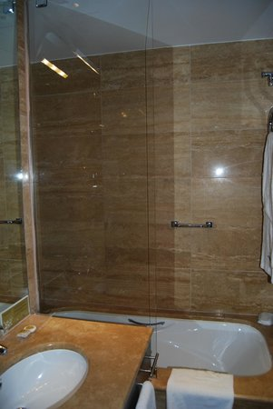 Eurostars Budapest Center Hotel: baño completo con secador de pelo y espejo de aumento