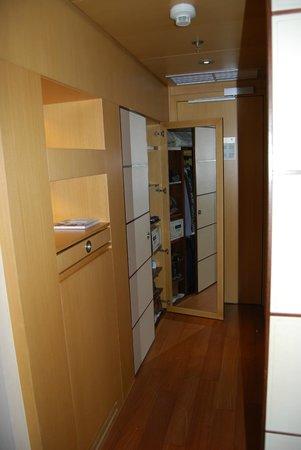 Eurostars Budapest Center Hotel: recibidor, armario de 2 cuerpos con espejo, caja fuerte y minibar