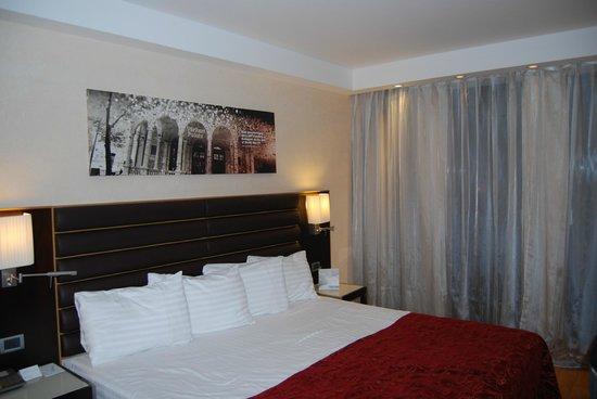 Eurostars Budapest Center Hotel: cama enorme 2 metros de ancho