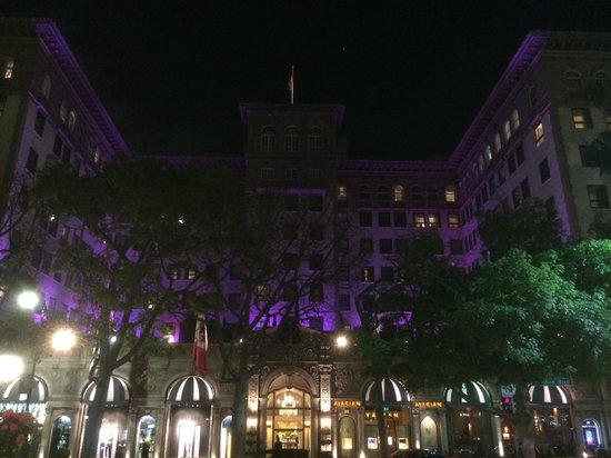 Beverly Wilshire Beverly Hills (A Four Seasons Hotel): Вид отеля вечером