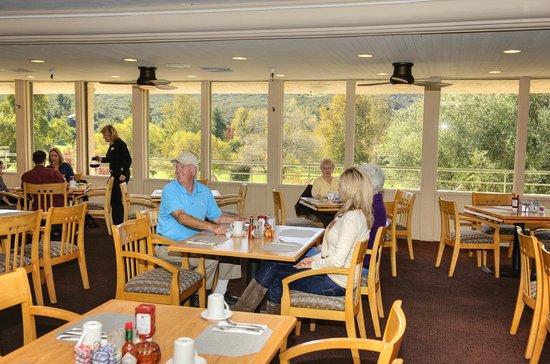 The Oaks Grill & Par Lounge: People enjoying a great meal and view in the Oaks Grille.