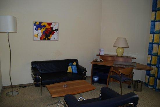 Starlight Suiten III Heumarkt: sofá, sillon y escritorio
