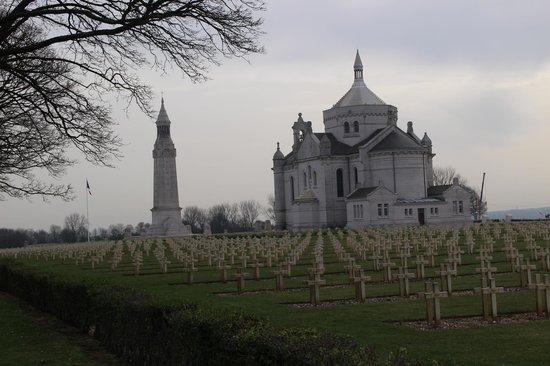 Necropole Nationale Francaise de Notre-Dame de Lorette: vue sur la tour et la basilique