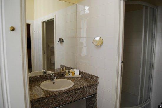 Starlight Suiten III Heumarkt: amplio baño con ducha, secador de pelo, espejo de aumento, etc