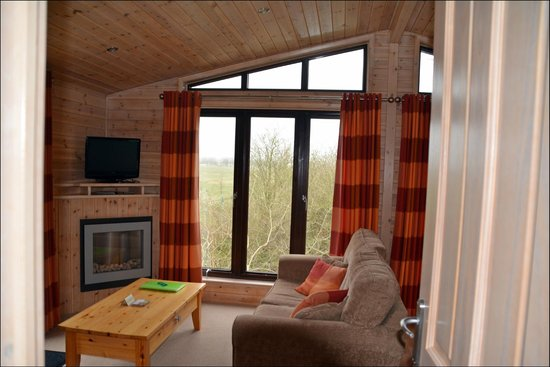 Lindale Holiday Park: Living room with view of landscape