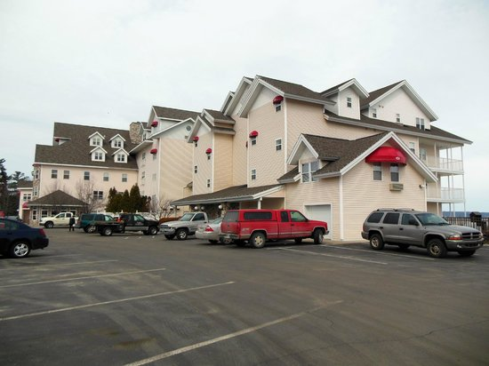Cherry Tree Inn & Suites: Exterior - Street Side