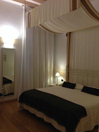 Hotel Marco Polo: Camera 516 con baldacchino. La superior quella vera