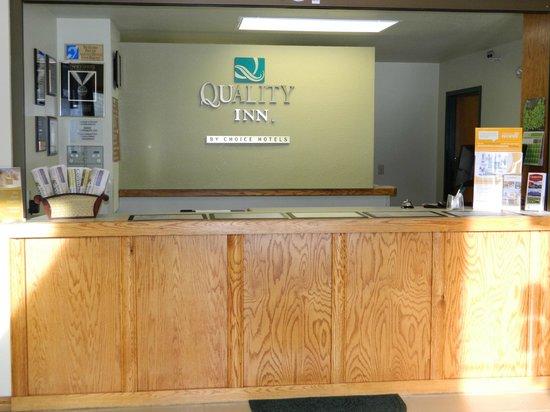 Quality Inn Livingston: Front Desk