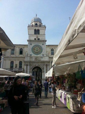 Mercato in piazza dei signori con vista sul orologio dondi for Mercato antiquariato padova