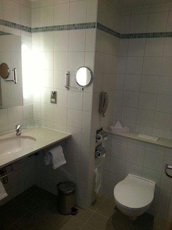Radisson Blu Hotel London Stansted Airport: Bathroom (with bath)