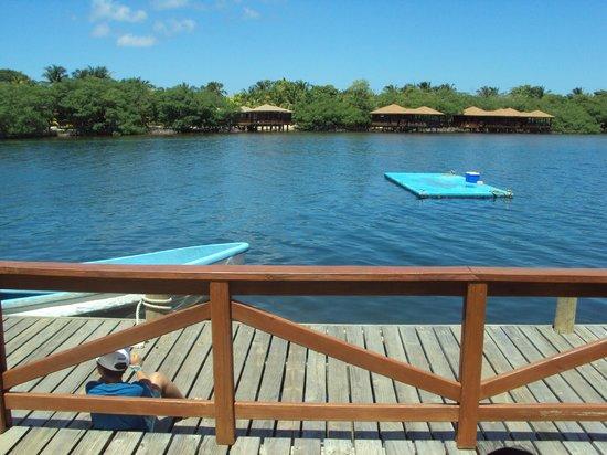 Fantasy Island Beach Resort: Vista pasando sobre el puente de la entrada al hotel
