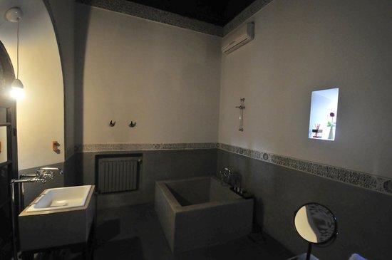 Riad 72: The bathroom