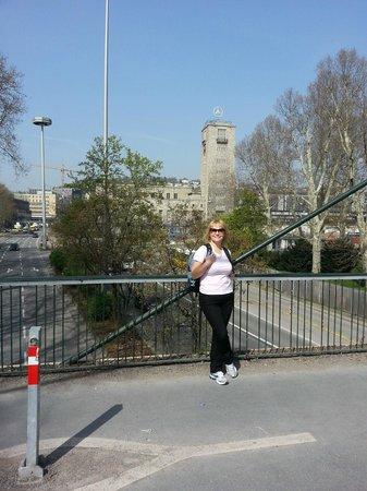 "Palace Square (Schlossplatz) : Подвесной мост, а позади символ ""Мерседеса"""