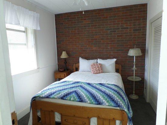 Gatlinburg Inn : small room inside the King Bed room... Maple Suite