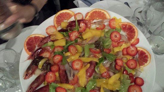Osteria Da Francesco: Crudo di gamberi e pesce spada con tagliata di frutta