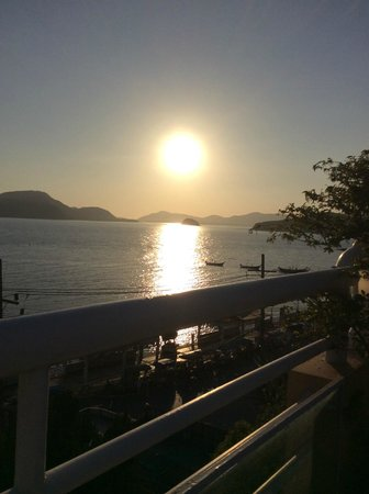 Kantary Bay, Phuket: Sunset from the roof top pool