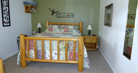 Bullberry Inn B&B: Queen bed room with private entrance and wrap around porch
