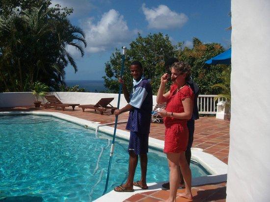 Windjammer Landing Villa Beach Resort : großer Pool mit 8 Liegen, Schirm und sonstigen Möbeln
