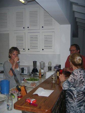 Windjammer Landing Villa Beach Resort : Die großzügige Küche mit kleinem Barbereich