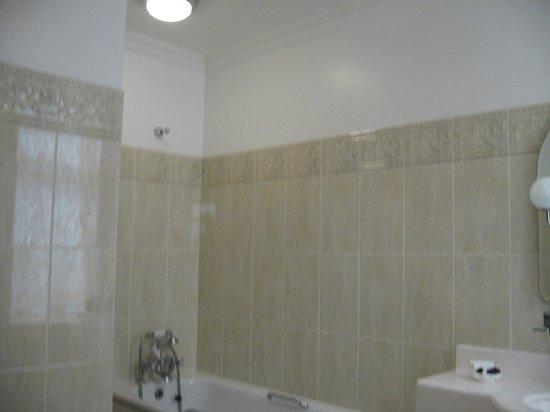 Sefton Hotel: Bathroom