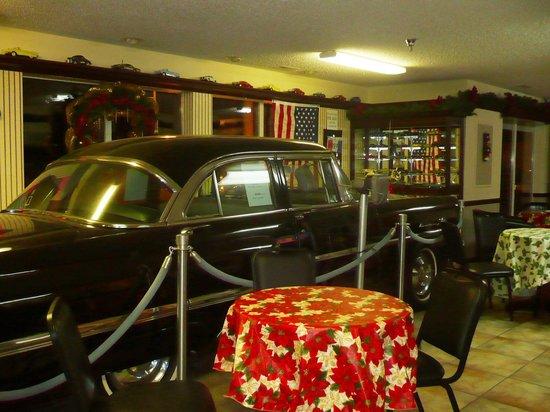 Classic Motor Inn: Classic Car in Lobby
