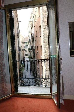Colón Hotel: 部屋の窓と外の風景