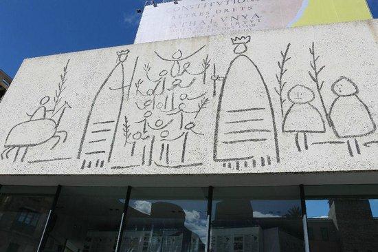 Colón Hotel: 隣の建物とピカソの絵