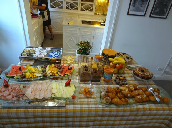 Palazzo Jannuzzi Relais: More breakfast buffet items.....fresh baked goodies too!