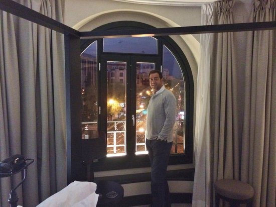 Hotel One Shot Luchana 22: Great night view and vibes