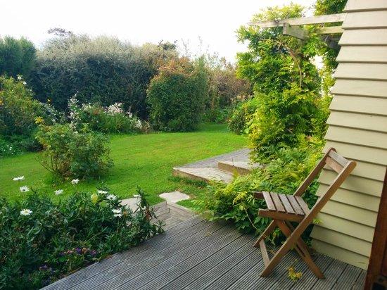 Featherstone B&B: バルコニーと庭