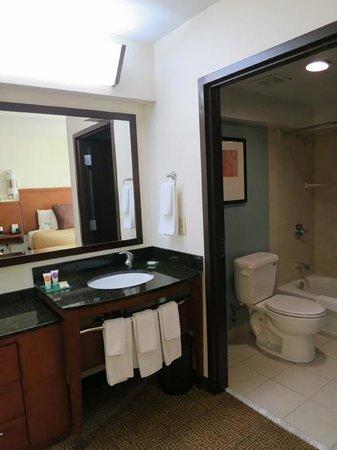 Hyatt Place Salt Lake City Airport: 洗面台と、その奥のバスルーム