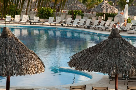 Luxury Bahia Principe Ambar Blue Don Pablo Collection : 7:00 AM - a few places already reserved around the pool