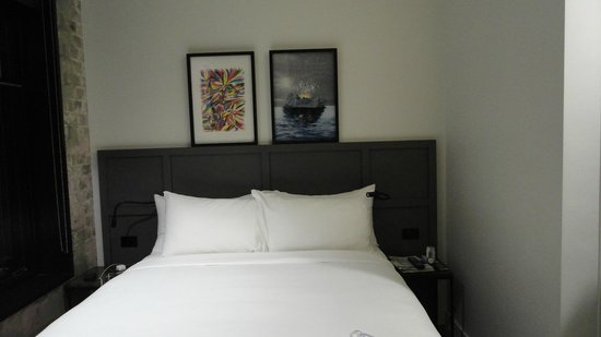Ovolo 1888 Darling Harbour : no space between the bed and the walls