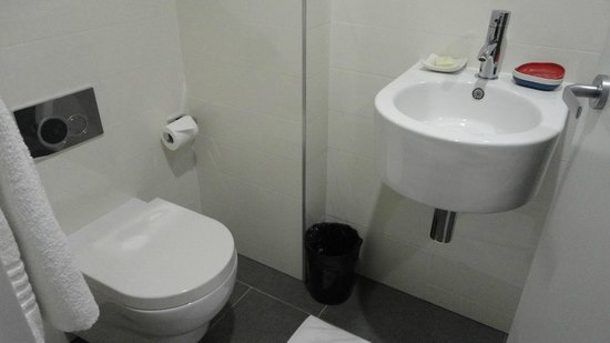 Ovolo 1888 Darling Harbour : no room to move in the bathroom