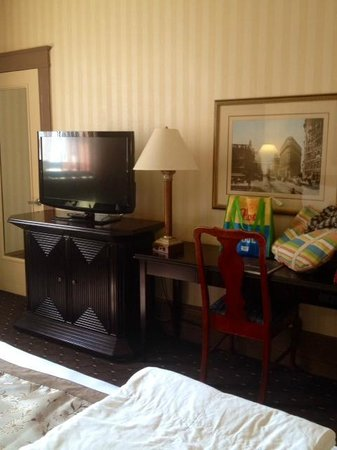 Hotel Whitcomb: Newer furniture and tv in renovated room