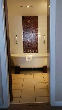 Hilton Leeds City: Bathroom in king suite