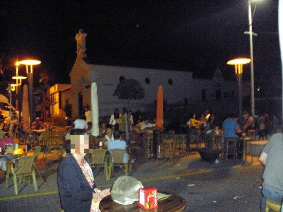Plaza enfrente de Doña Gamba donde instala esa terraza.