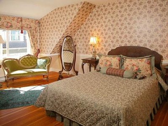 Haterleigh Heritage Inn: Roses & Lace suite - queen bed and antique furnishings