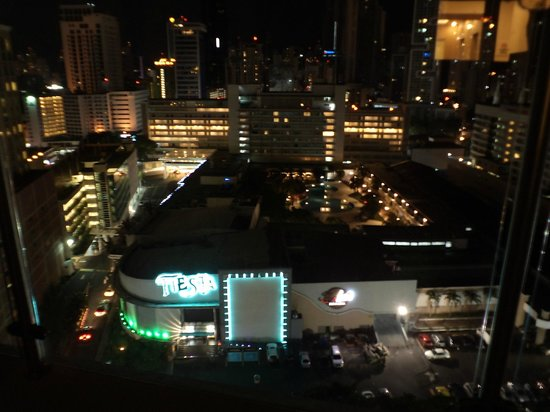 Hilton Garden Inn Panama: Night view from the rooftop