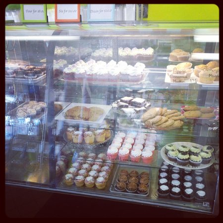 Lizzy's Cupcakery & Candies: yum