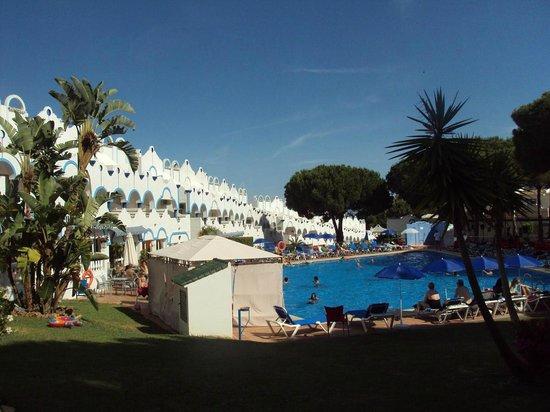 VIME La Reserva de Marbella : Vista del hotel y la piscina.