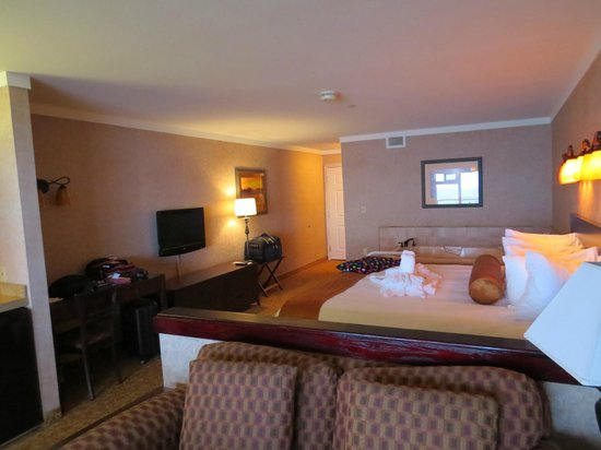 Hallmark Resort: King Bed, jacuzzi and 1 of 2 Tv's