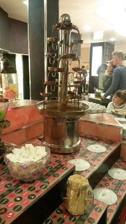 Red Hot World Buffet and Bar: Chocolate fountain