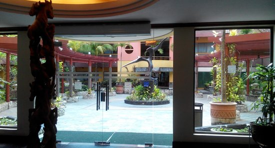 Hotel Novotel Batam: View of garden from inside hotel lobby
