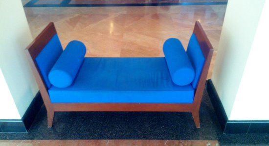 Hotel Novotel Batam: Chair at hotel lobby