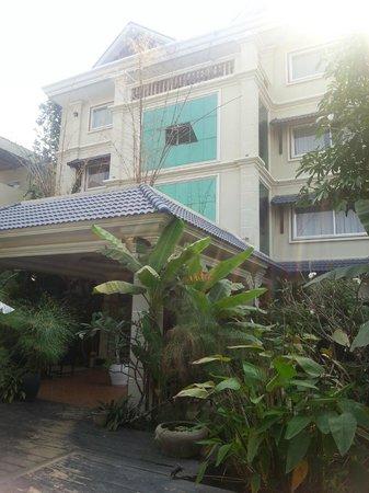 Siem Reap Evergreen Hotel: У входа в отель
